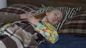 Αγαπώντας μητέρα που ξυπνά την κόρη το πρωί απόθεμα βίντεο