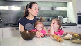 Αγαπώντας μητέρα που χαμογελά στις κόρες της Πορτρέτο Κινηματογράφηση σε πρώτο πλάνο HD απόθεμα βίντεο