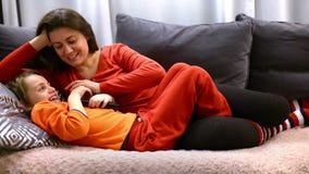Αγαπώντας μητέρα που χαϊδεύει το γιο της απόθεμα βίντεο