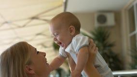 Αγαπώντας μωρό εκμετάλλευσης μητέρων στα όπλα της και το φίλημα τον Στοκ φωτογραφίες με δικαίωμα ελεύθερης χρήσης