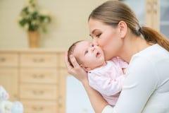 Αγαπώντας νοσηλευτικό νήπιο εκμετάλλευσης μητέρων στοκ εικόνες με δικαίωμα ελεύθερης χρήσης