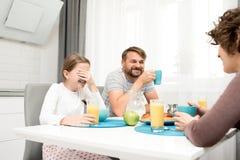 Αγαπώντας οικογένεια στο πρόγευμα στοκ φωτογραφία με δικαίωμα ελεύθερης χρήσης