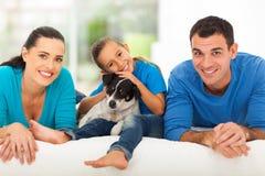Αγαπώντας οικογενειακό κρεβάτι στοκ φωτογραφίες με δικαίωμα ελεύθερης χρήσης