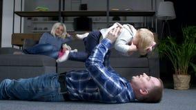 Αγαπώντας πατέρας που έχει τη διασκέδαση με το μικρό κορίτσι στο σπίτι απόθεμα βίντεο