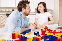 Αγαπώντας πατέρας που βοηθά την κόρη του με ένα σύνολο κατασκευής Στοκ Φωτογραφία