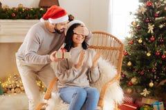 Αγαπώντας σύζυγος που κάνει μια έκπληξη για τη σύζυγό του Στοκ Εικόνες