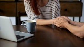 Αγαπώντας σύζυγος που υποστηρίζει τη σύζυγό του φιλμ μικρού μήκους