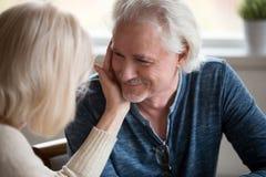 Αγαπώντας σύζυγος που χαϊδεύει το σύζυγο που απολαμβάνει τη ρομαντική στιγμή στοκ εικόνες