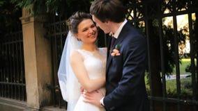Αγαπώντας το καυκάσιο ζεύγος που φαίνεται γάμος πυροβοληθείς μέσα απόθεμα βίντεο