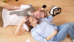 Αγαπώντας το νέο χρόνο εξόδων ζεύγους μαζί και στήριξη στο σπίτι να βρεθεί στο πάτωμα απόθεμα βίντεο