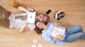 Αγαπώντας το νέο χρόνο εξόδων ζεύγους μαζί και στήριξη στο σπίτι να βρεθεί στο πάτωμα φιλμ μικρού μήκους