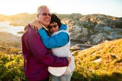 Αγαπώντας ώριμο ταξίδι ζευγών, που στέκεται στην κορυφή του βράχου, εξερεύνηση στοκ εικόνα με δικαίωμα ελεύθερης χρήσης