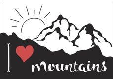 Αγαπώ τα βουνά Υπαίθρια διανυσματική απεικόνιση με την κορυφογραμμή βουνών, την κόκκινη καρδιά και συρμένο το χέρι κείμενο Στοκ Φωτογραφία