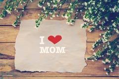 Αγαπώ MOM και την ευτυχή ημέρα μητέρων σε καφετί χαρτί Στοκ Φωτογραφίες