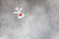 Αγγέλου καρδιών κόκκινος βαλεντίνων ` s μινιμαλισμός υποβάθρου ημέρας γκρίζος Στοκ φωτογραφία με δικαίωμα ελεύθερης χρήσης