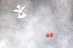 Αγγέλου καρδιών κόκκινος βαλεντίνων ` s μινιμαλισμός υποβάθρου ημέρας γκρίζος Στοκ Εικόνες