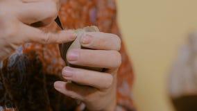 Αγγειοπλάστης γυναικών που κάνει την κεραμική πένα αναμνηστικών να σφυρίσει στο εργαστήριο αγγειοπλαστικής φιλμ μικρού μήκους