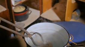 Αγγειοπλάστης που αποσβήνει την καυτή κεραμική κούπα φιλμ μικρού μήκους