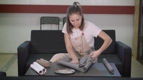 Αγγειοπλάστης που προετοιμάζει ένα παρόν στο στούντιο τέχνης της απόθεμα βίντεο