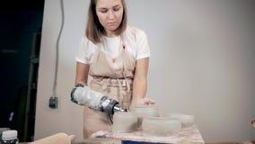 Αγγειοπλάστης που χρησιμοποιεί το στεγνωτήρα για τα κεραμικά προϊόντα της απόθεμα βίντεο