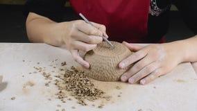 Αγγειοπλαστική Ο θηλυκός αγγειοπλάστης εφαρμόζει τη σύσταση στα πρόσφατα έτοιμα κεραμικά εμπορεύματα φιλμ μικρού μήκους