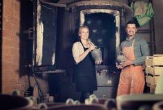 Αγγειοπλάστες που κρατούν τα μαύρα κεραμικά βάζα Στοκ εικόνα με δικαίωμα ελεύθερης χρήσης