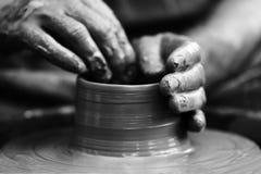 αγγειοπλάστης που κάνει το κεραμικό δοχείο στη ρόδα αγγειοπλαστικής Στοκ εικόνες με δικαίωμα ελεύθερης χρήσης