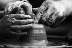 αγγειοπλάστης που κάνει το κεραμικό δοχείο στη ρόδα αγγειοπλαστικής Στοκ Φωτογραφία