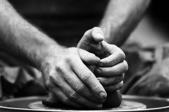 αγγειοπλάστης που κάνει το κεραμικό δοχείο στη ρόδα αγγειοπλαστικής Στοκ φωτογραφία με δικαίωμα ελεύθερης χρήσης