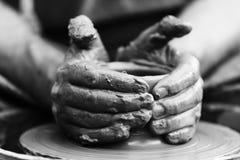 αγγειοπλάστης που κάνει το κεραμικό δοχείο στη ρόδα αγγειοπλαστικής Στοκ φωτογραφίες με δικαίωμα ελεύθερης χρήσης