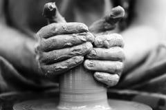 αγγειοπλάστης που κάνει το κεραμικό δοχείο στη ρόδα αγγειοπλαστικής Στοκ Εικόνα