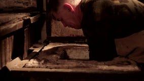 Αγγειοπλάστης που κατασκευάζει την κανάτα Κινηματογράφηση σε πρώτο πλάνο του αγγειοπλάστη που κατασκευάζει την κεραμική κανάτα επ απόθεμα βίντεο