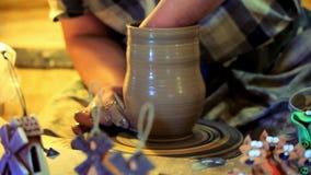 Αγγειοπλάστης που κατασκευάζει το βάζο αργίλου Ο αρσενικός αγγειοπλάστης κάνει τα κεραμικά πιάτα Κατασκευή της στάμνας αργίλου απόθεμα βίντεο