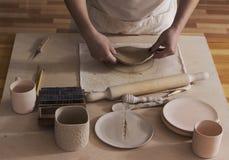 Αγγειοπλάστης που τελειώνει ένα πιάτο Στοκ Φωτογραφία