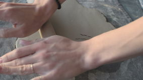 Αγγειοπλάστης που χρησιμοποιεί έναν κύλινδρο και ένα χορτάρι στην τυπωμένη ύλη σε έναν άργιλο απόθεμα βίντεο
