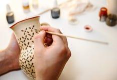 αγγειοπλαστική Αγγειοπλαστική ζωγραφικής Ζωγραφική των εργαλείων στον πίνακα Στοκ φωτογραφία με δικαίωμα ελεύθερης χρήσης