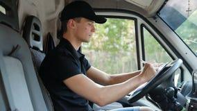 Αγγελιαφόρος παράδοσης στο αυτοκίνητο με τα πεδία που γεμίζει το έγγραφο παράδοσης απόθεμα βίντεο