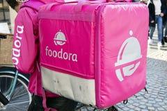 Αγγελιαφόρος Foodora με το σακίδιο πλάτης στο Άμστερνταμ Στοκ Εικόνες