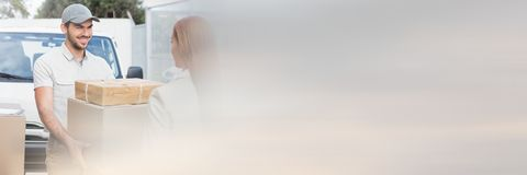 Αγγελιαφόρος παράδοσης με το κιβώτιο εκμετάλλευσης πελατών με transition_Delivery_0014 Στοκ φωτογραφία με δικαίωμα ελεύθερης χρήσης