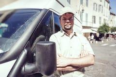 Αγγελιοφόρος που στέκεται δίπλα στο φορτηγό του Στοκ φωτογραφίες με δικαίωμα ελεύθερης χρήσης