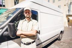 Αγγελιοφόρος που στέκεται δίπλα στο φορτηγό του Στοκ Εικόνες