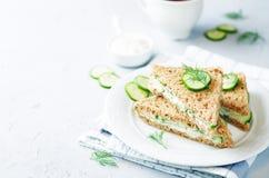 Αγγλικά σάντουιτς τσαγιού αγγουριών άνηθου τυριών κρέμας στοκ φωτογραφία με δικαίωμα ελεύθερης χρήσης