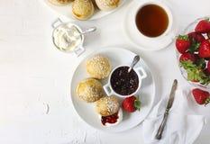 Αγγλικά scones με τη μαρμελάδα και την κτυπημένη κρέμα Στοκ Εικόνα