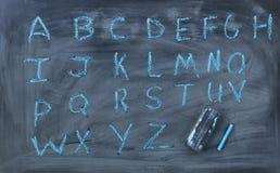 Αγγλικές επιστολές αλφάβητου που γράφονται στον πίνακα κιμωλίας με τη γόμα στοκ φωτογραφία με δικαίωμα ελεύθερης χρήσης