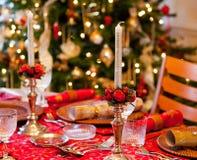 Αγγλικός πίνακας Χριστουγέννων με τις κροτίδες στοκ εικόνα με δικαίωμα ελεύθερης χρήσης