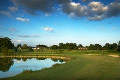 Αγγλικό γήπεδο του γκολφ με τη λίμνη στοκ εικόνα με δικαίωμα ελεύθερης χρήσης