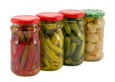 Αγγούρια πιπεριών μανιταριών των στοιχείων συμπεριφοράς τροφίμων στα δοχεία Στοκ εικόνες με δικαίωμα ελεύθερης χρήσης