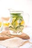 Αγγούρι λεμονιών και νερό της Rosemary Detox Στοκ φωτογραφία με δικαίωμα ελεύθερης χρήσης