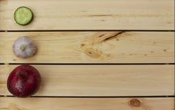 Αγγούρι, σκόρδο και κρεμμύδι που βρίσκονται στη γραμμή Στοκ φωτογραφία με δικαίωμα ελεύθερης χρήσης