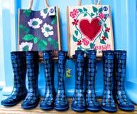 Αγγλικές μπότες του θερινού Ουέλλινγκτον wellies και τσάντες παραλιών Στοκ Φωτογραφίες